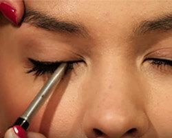 Как подводить глаза карандашом шаг 1