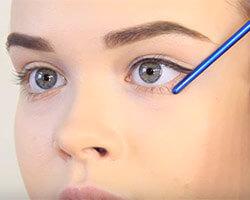 Как красить глаза подводкой шаг 1
