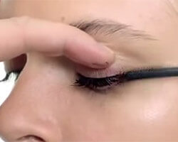 Как красить глаза тушью шаг 3