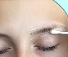 Нанесение крема на кожу вокруг бровей