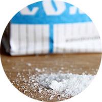 Как вывести жирное пятно пищевой солью