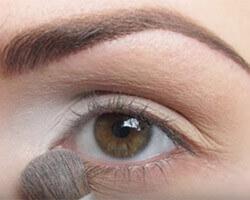 Как правильно красить глаза тенями шаг 1