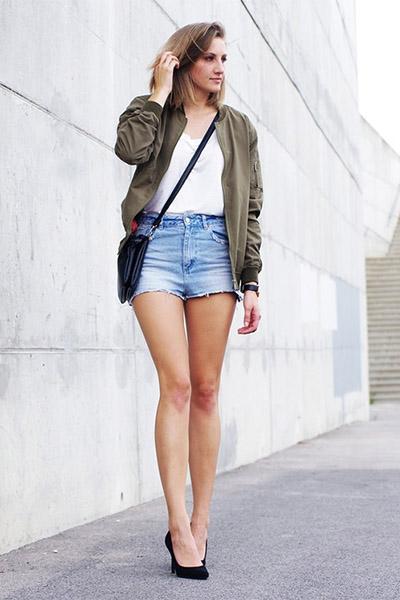 Бомбер и джинсовые шорты