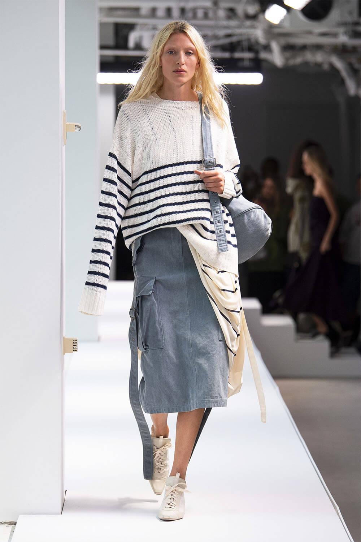 0330924abec Куда надеть  Джинсовая юбка-карандаш подойдет практически для всех  ситуаций  деловых встреч