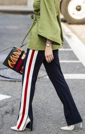 С чем носить брюки с лампасами