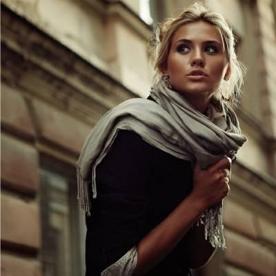 Как завязывать шарф на шее и голове: 7 модных способов